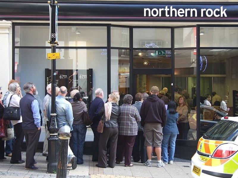 Толпа вкладчиков у одного из отделений банка Northern Rock, 2007 год